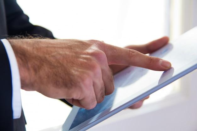 Рука детали бизнесмен с помощью цифрового планшета