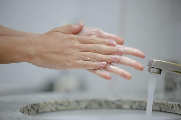 Санитарная обработка рук в кране предотвращает заражение коронавирусом