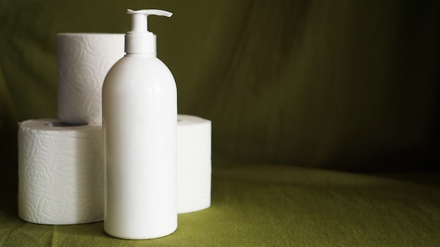 코로나바이러스에 대항하는 손 소독제. 휴지. 코로나바이러스와 청결.