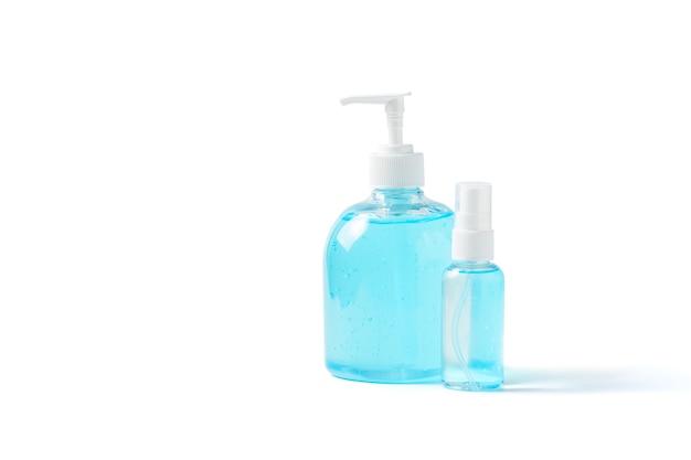 코로나 바이러스 또는 covid-19를 보호하기 위해 흰색 배경에 격리된 손 소독제와 알코올 스프레이