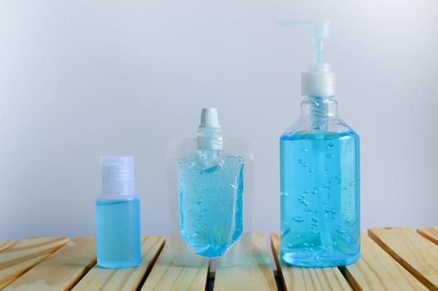 Дезинфицирующее средство для рук синий спиртовый гель с пакетом разного размера для гигиены рук.