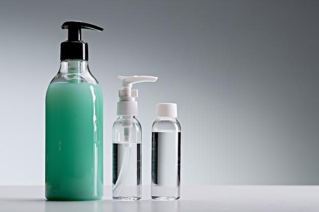 Бутылки с дезинфицирующим средством для рук