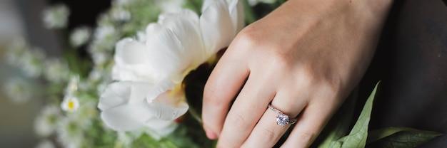 Рука, выбирающая белый цветок