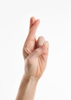Mano che mostra le dita incrociate
