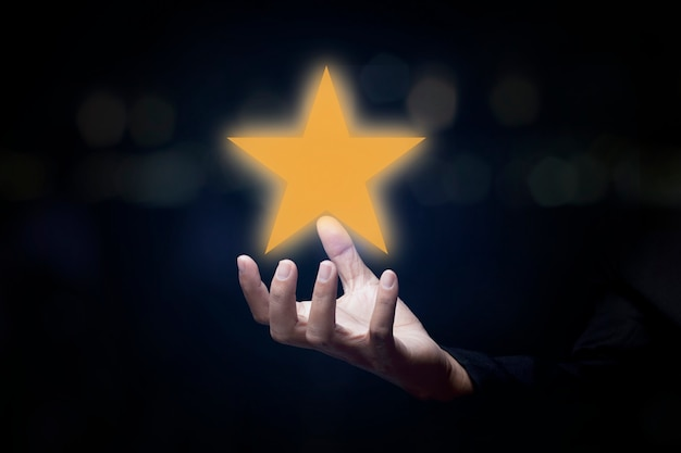 Рука показывает звездный рейтинг. рейтинг обслуживания, концепция удовлетворенности. отзывы об оценке клиентов отличное обслуживание и лучший опыт работы с клиентами.