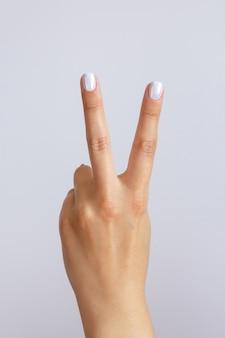 손은 두 번째를 보여줍니다. 카운트 다운 제스처 또는 기호. 수화