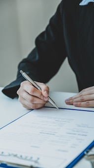 不動産業者が購入者に事業契約を説明した後、契約書に手話をします。