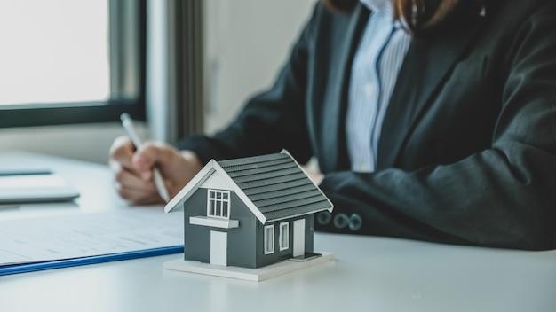 Подписание контракта вручную после того, как агент по недвижимости объяснит покупателю коммерческий контракт