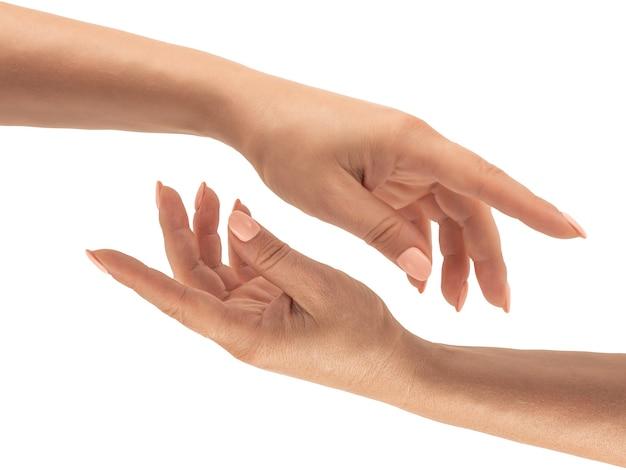 Концепция ухода за кожей рук. женские руки до и после нанесения крема, лосьона. концепция маникюра спа. женские руки с французским маникюром. мягкая кожа, концепция ухода за кожей. уход за кожей рук. изолированные на белом