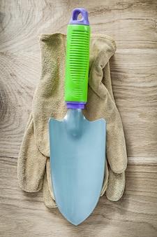 木の板農業概念に手スペード園芸用手袋