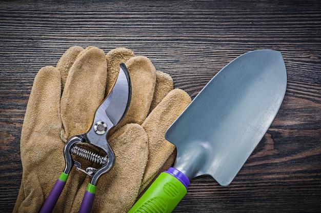 木の板に手スペード剪定鋏安全手袋