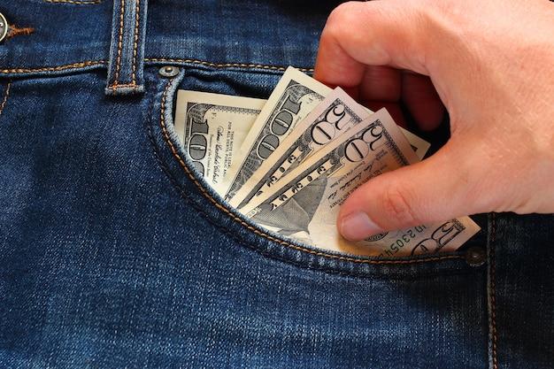 Рука ворует деньги из кармана
