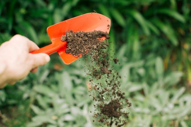 흙에서 땅을 뿌린 손