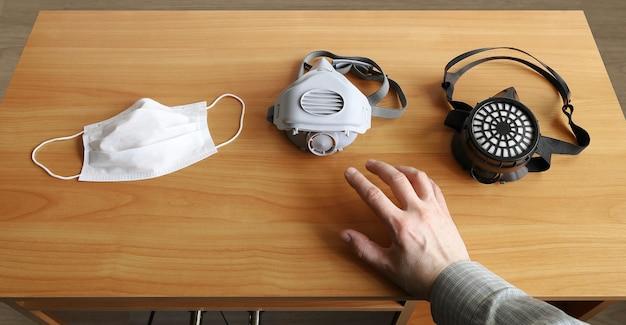 손은 작업을 위해 선택할 수 있는 적절한 인공 호흡기를 사용합니다.