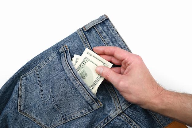 手はジーンズの後ろのポケットにドル札を取ります。
