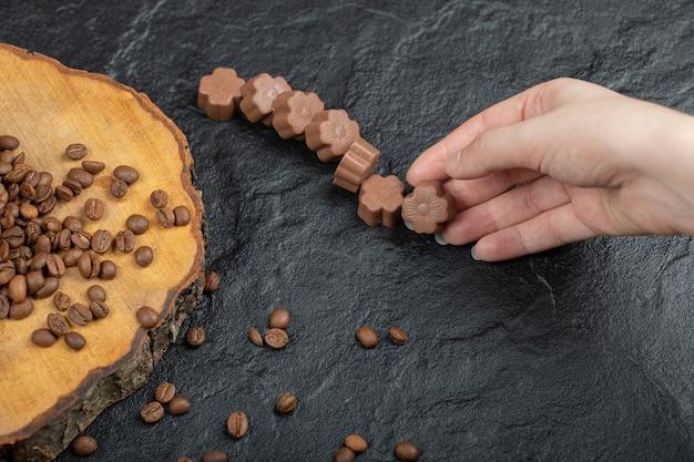 黒にチョコレート菓子を手に取っています。