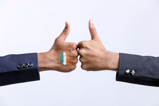 手は白い背景で隔離のサインを強打します。