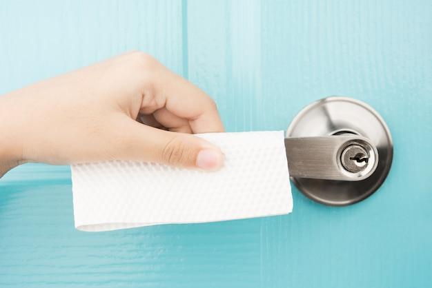 Папиросная бумага для рук защищает вирусные бактерии коронавирус covid-19 от гигиенической концепции дверной ручки