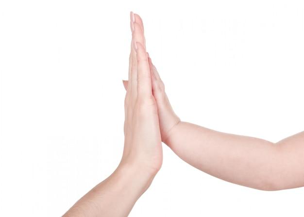 흰색 배경에 고립 된 아이에게 손을