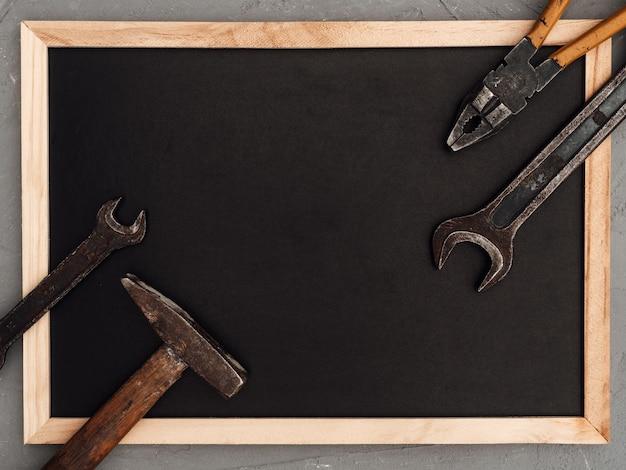 Ручные инструменты, лежащие на столе. вид сверху