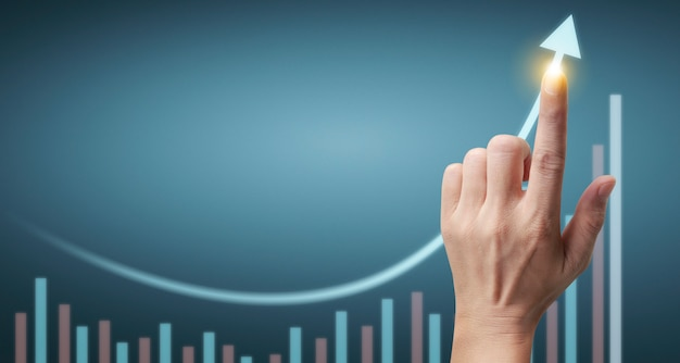 재무 지표 및 회계 시장 경제 분석 차트의 손 터치 그래프