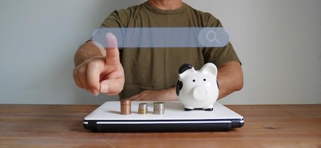 노트북에 동전 쌓기 돼지 저금통, 아이디어 절약 개념으로 손으로 만지는 그림 검색