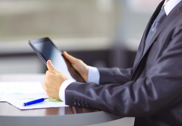 직장에서 현대 디지털 태블릿 pc에 감동하는 손.