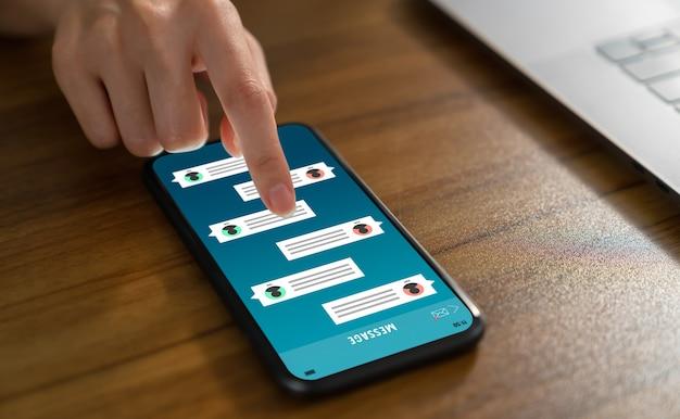 Рука касается смартфона и показывает экран уведомления о новых сообщениях чата. концепция социальной сети.