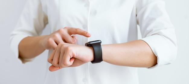 Рука касаясь экрана на умных часах, чтобы разблокировать
