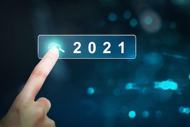 2021 년 가상 화면을 터치하는 손. 새해 복 많이 받으세요 2021