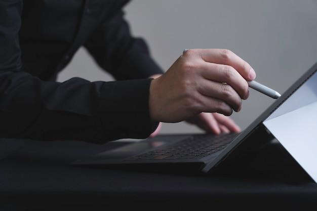 컴퓨터 화면 디스플레이에 쓰는 디지털 펜을 사용하는 손
