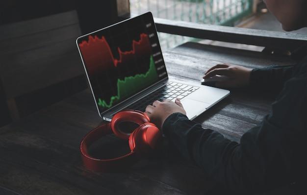 ビジネスで財務情報を探すときにラップトップコンピューターと携帯電話を使用する手