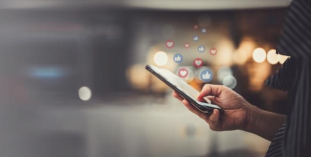Рука с помощью смартфона с концепцией социальных сетей.