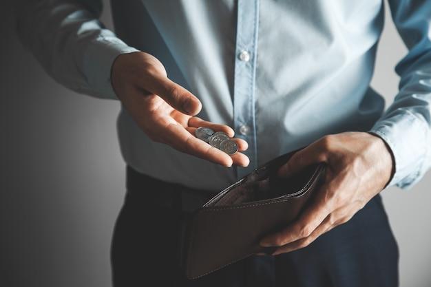 동전과 손 지갑