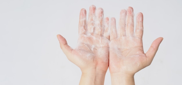 흰색 바탕에 손을 씻는 제스처와 거품이 나는 손 비누.