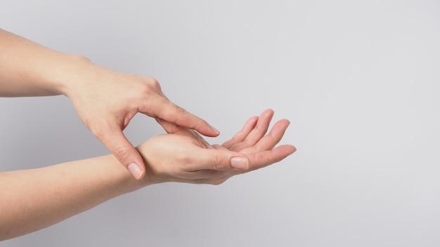 흰색 배경에 손을 씻는 제스처 isoalted입니다.