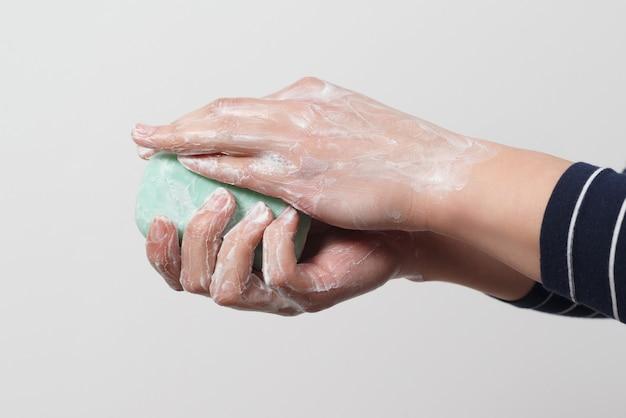 Мытье рук с антибактериальным мылом. профилактика коронавируса. крупный план.
