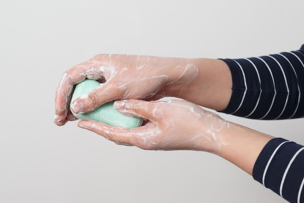 Мытье рук с антибактериальным мылом. профилактика коронавируса.