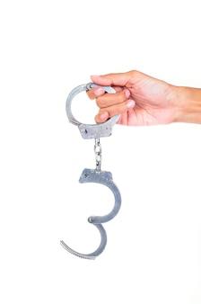 Рука в наручниках, изолированные на белом фоне