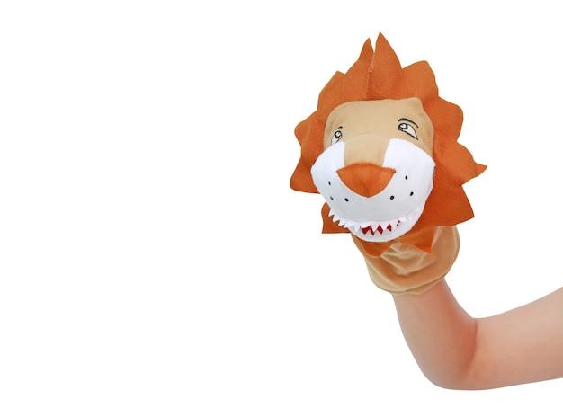 사자 인형을 착용하는 손