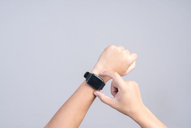 현대적인 스마트 시계를 입고 손