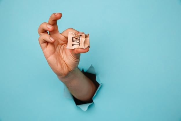 Рука со сломанной коробкой для доставки через отверстие для бумаги