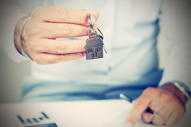 Рука с ключом от дома