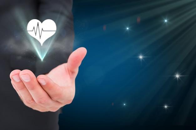 Рука с пульсирующим сердцем