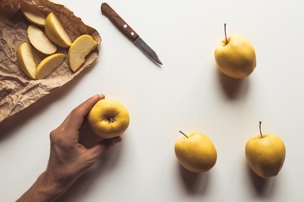 Рука с яблоком с красивым макетом на белом фоне. здоровая пища, фермерский продукт, веганский Premium Фотографии
