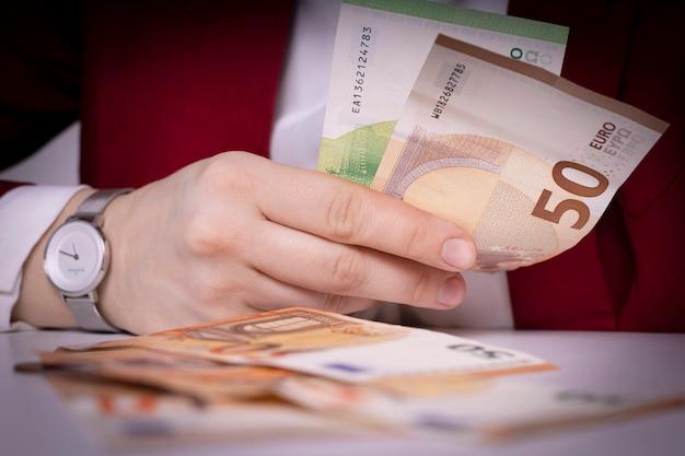 紙幣を持って渡してください。ヨーロッパの通貨。ビジネスと金融。ヨーロッパの経済と銀行。