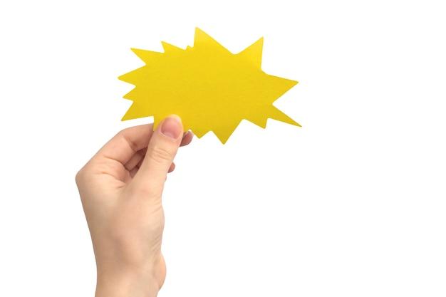 흰색 배경에 격리된 붐이나 번개, 노란색 색상의 빈 말풍선이 있는 손. 피드백, 커뮤니케이션 및 문자 메시지를 제공하는 개념. 빈 판지 모형 사진