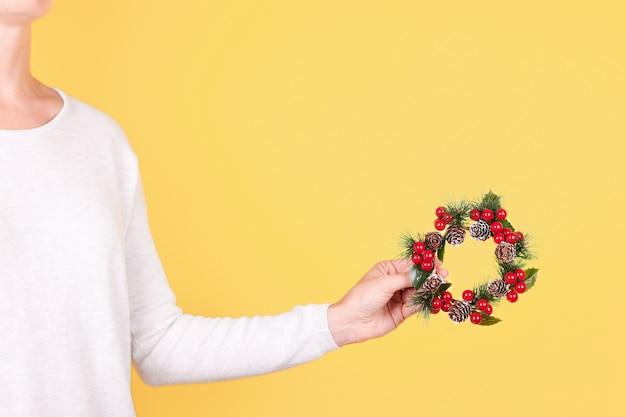 分離されたクリスマスリース装飾と手