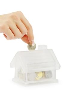 흰색 배경에 고립 된 동전과 집 은행 손
