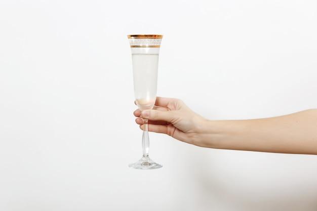 흰색 배경에 격리된 토스트를 만드는 샴페인 한 잔을 들고 손을. 새 해 휴일 2018 개념입니다.